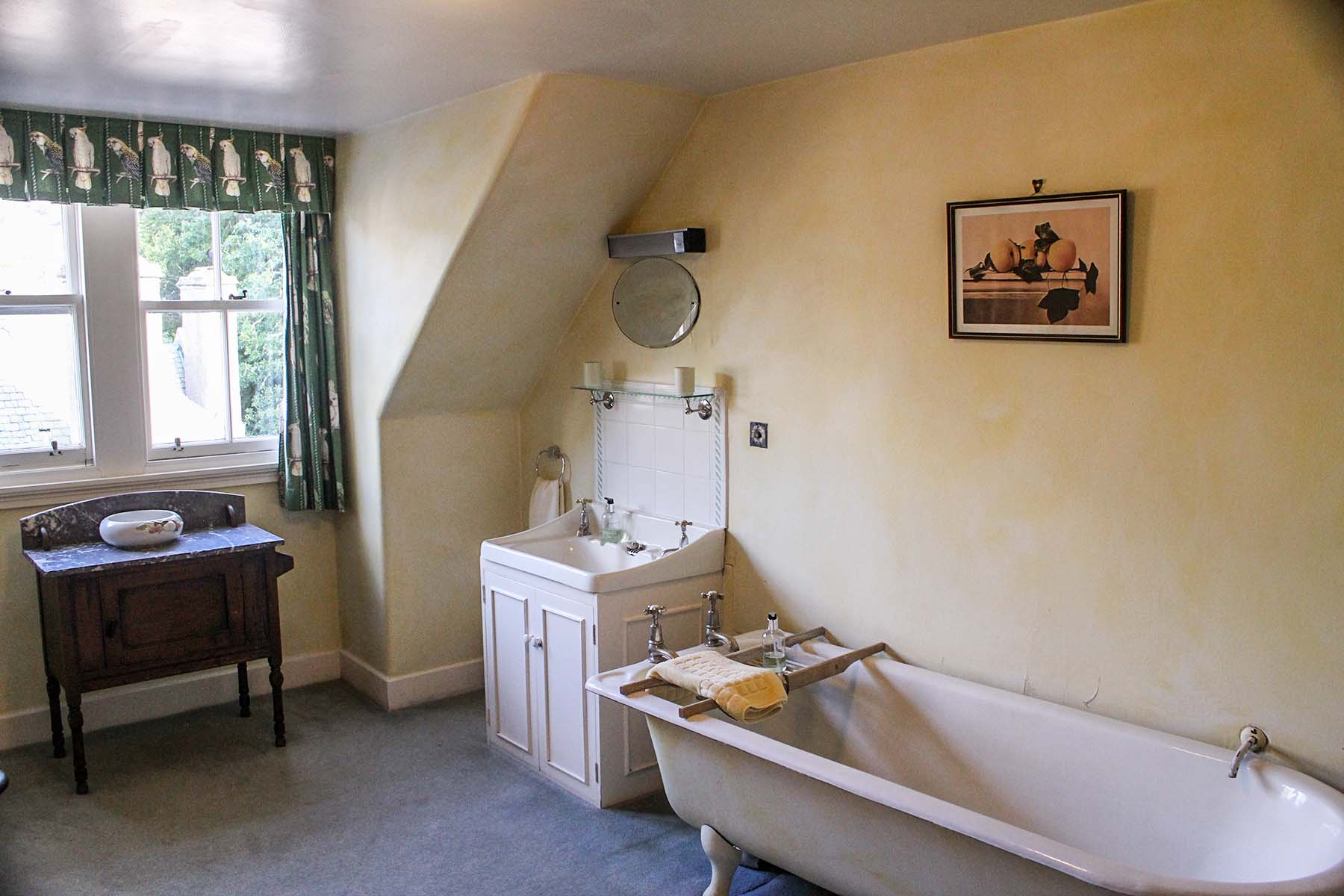 Alvie Estate Top Flat Large bathroom